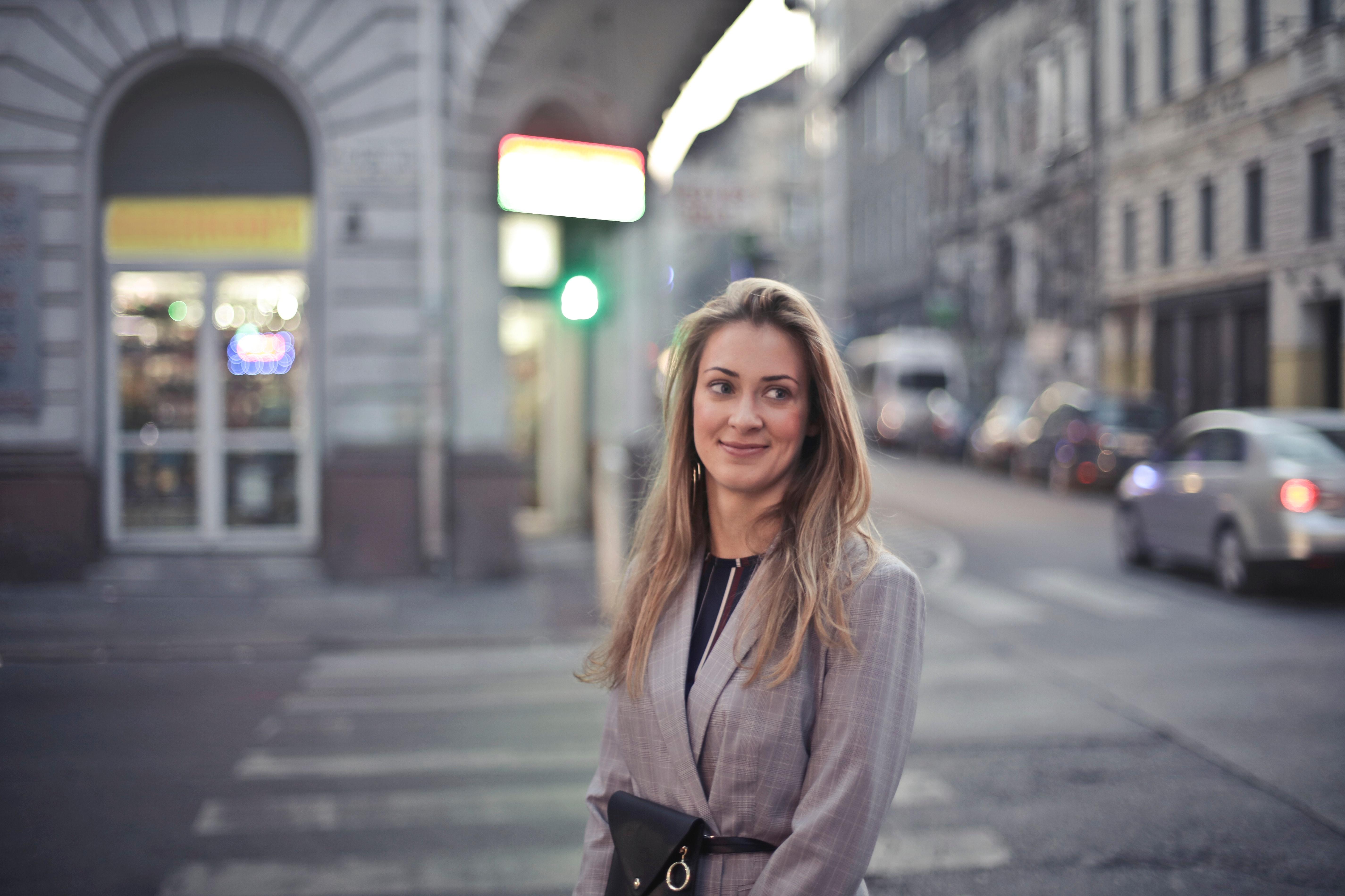 woman-in-gray-suit-jacket-near-gray-car-825990 - Copia